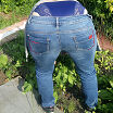 Трусики выглядываю из по джинсов.